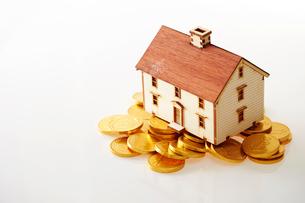 家の模型と硬貨の写真素材 [FYI01807431]