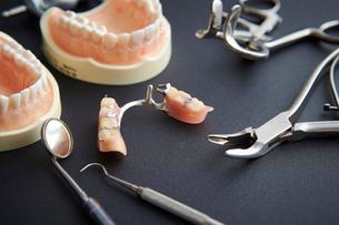 歯の模型と歯科器具の写真素材 [FYI01807575]