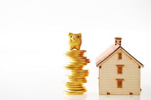 家の模型と硬貨の写真素材 [FYI01807586]