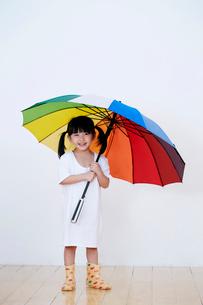 傘をさす女の子の写真素材 [FYI01807728]