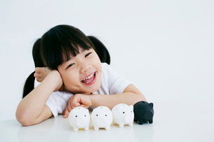 女の子と豚の貯金箱の写真素材 [FYI01807820]