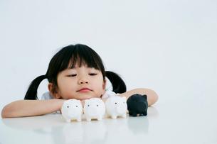 女の子と豚の貯金箱の写真素材 [FYI01807889]