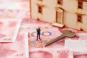 中国人民元紙幣と家の模型とミニチュアとカギの写真素材 [FYI01807958]