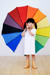 傘をさす女の子の写真素材 [FYI01807976]