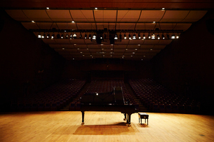 ステージ上のグランドピアノの写真素材 [FYI01808045]