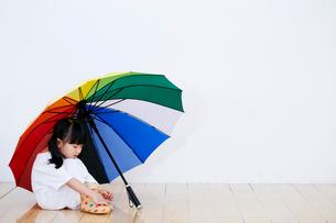 傘をさす女の子の写真素材 [FYI01808069]