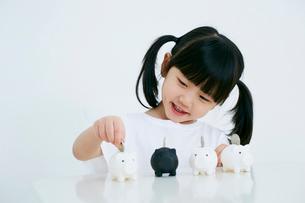 女の子と豚の貯金箱の写真素材 [FYI01808070]