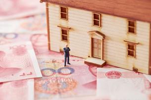 中国人民元紙幣と家の模型とミニチュアの写真素材 [FYI01808084]