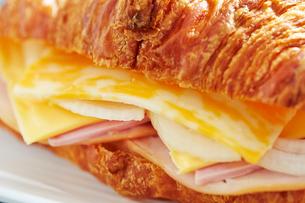 チーズとハムのクロワッサンサンドの写真素材 [FYI01808189]
