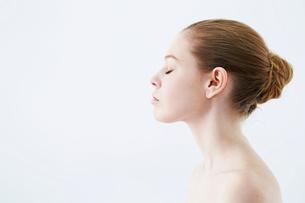 女性の横顔の写真素材 [FYI01808212]