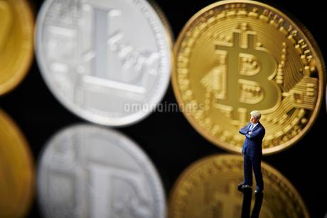 ミニチュアと仮想通貨の背景の写真素材 [FYI01808553]