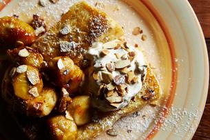 バナナとナッツのトーストの写真素材 [FYI01808610]