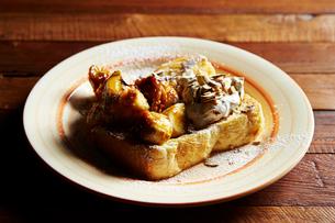 バナナとナッツのトーストの写真素材 [FYI01808693]