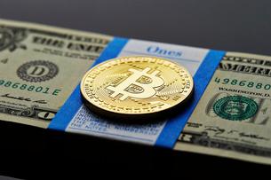 ビットコインとアメリカドルの札束の写真素材 [FYI01808828]