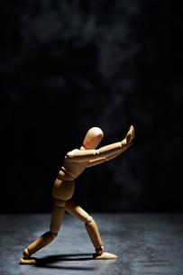 両手を前に突き出して踏ん張るデッサン人形の写真素材 [FYI01808907]
