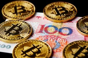 ビットコインと中国のお金の写真素材 [FYI01808946]