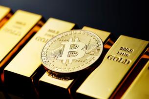 ビットコインと金塊の写真素材 [FYI01808959]