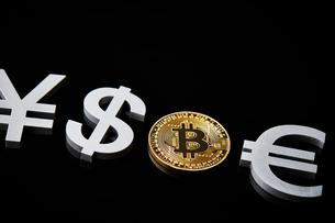 ビットコインと通貨記号の写真素材 [FYI01808990]