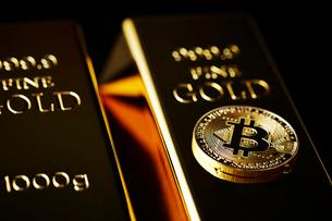 ビットコインと金塊の写真素材 [FYI01808996]