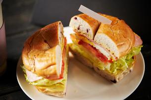 ベーグルサンドイッチの写真素材 [FYI01809013]