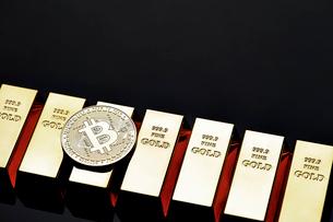 ビットコインと金塊の写真素材 [FYI01809016]