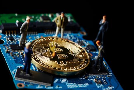 ビットコインと基盤とミニチュアの写真素材 [FYI01809040]