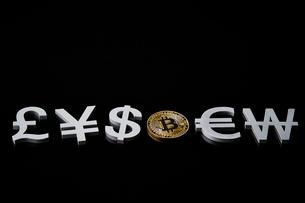 ビットコインと通貨記号の写真素材 [FYI01809059]