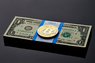 ビットコインとアメリカドルの札束の写真素材 [FYI01809064]