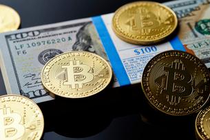 ビットコインとアメリカドルの札束の写真素材 [FYI01809089]