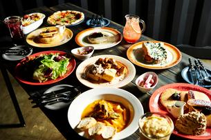 洋食が並んだ食卓の写真素材 [FYI01809104]