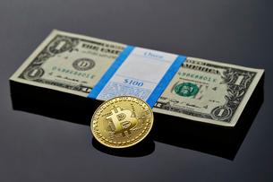ビットコインとアメリカドルの札束の写真素材 [FYI01809128]