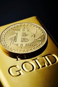 ビットコインと金塊の写真素材 [FYI01809134]