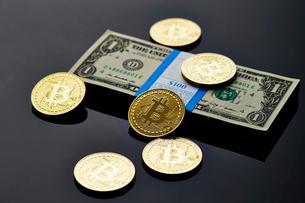 ビットコインとアメリカドルの札束の写真素材 [FYI01809185]
