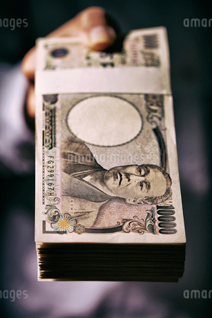 手の上の日本円の札束の写真素材 [FYI01809258]