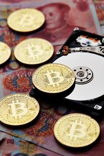 ビットコインと中国のお金とハードディスクの写真素材 [FYI01809271]