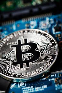 ビットコインと基盤の写真素材 [FYI01809280]