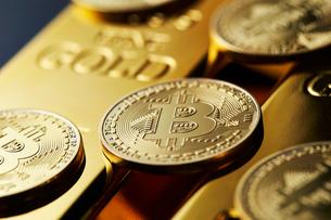 ビットコインと金塊の写真素材 [FYI01809289]