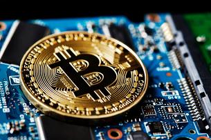 ビットコインと基盤の写真素材 [FYI01809349]