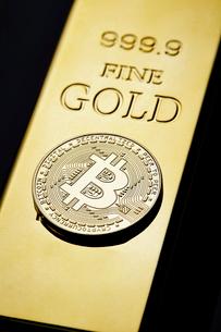 ビットコインと金塊の写真素材 [FYI01809433]