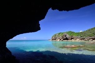 岩陰から見る海の写真素材 [FYI01809529]