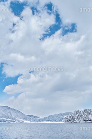 長野県大町市 木崎湖の雪景色の写真素材 [FYI01809614]