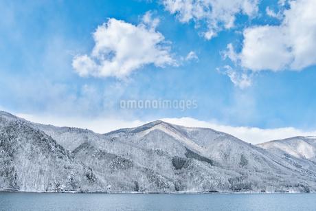 長野県大町市 木崎湖の雪景色の写真素材 [FYI01809684]