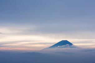 雲間から望む富士山の写真素材 [FYI01809762]