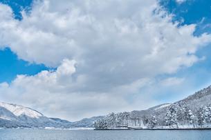 長野県大町市 木崎湖の雪景色の写真素材 [FYI01809777]