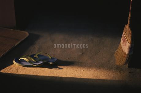 ほうきとサンダルの写真素材 [FYI01809797]