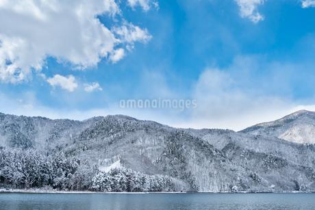 長野県大町市 木崎湖の雪景色の写真素材 [FYI01809850]