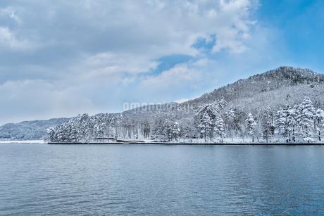 長野県大町市 木崎湖の雪景色の写真素材 [FYI01809880]