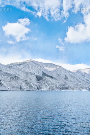 長野県大町市 木崎湖の雪景色の写真素材 [FYI01809882]