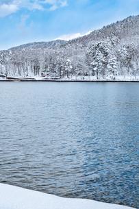 長野県大町市 木崎湖の雪景色の写真素材 [FYI01809898]