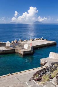 伊豆大島の港から眺める利島と新島の写真素材 [FYI01809938]